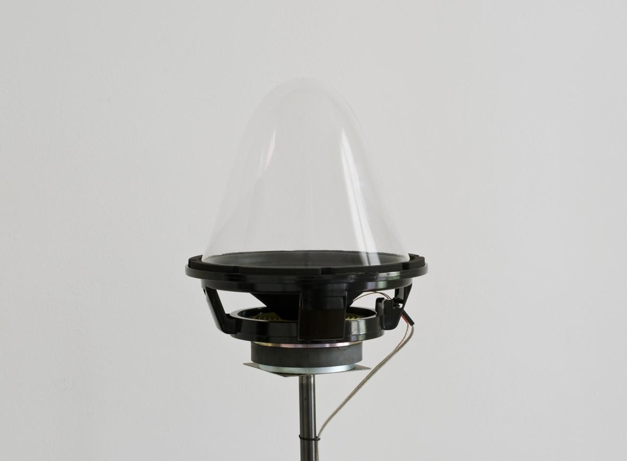 Campana de cristal incoloro termoformada instalada sobre altavoz. Al interior balas de plomo.