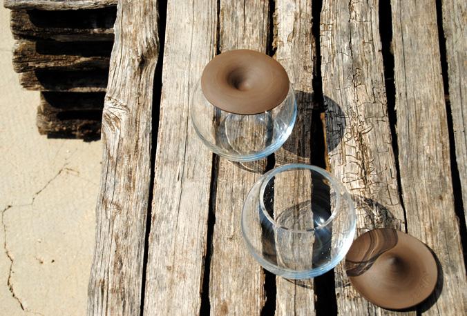 contenedor de vidrio soplado incoloro con tapa de barro negra torneada