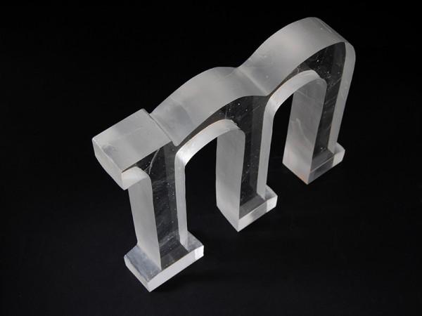Escultura en vidrio colado incoloro
