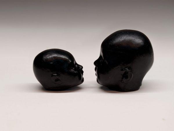 Reproducción de la obra Carmen de Antonio López en vidrio negro opaco