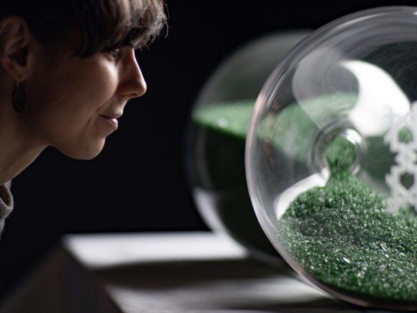 reloj de arena grande soplado en vidrio artesanal y vidrio reciclado de botella. Realizado para cervezas Alhambra